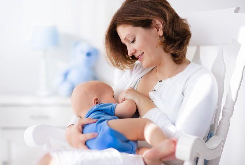 7. Membiarkan bayi menyusu terlalu banyak