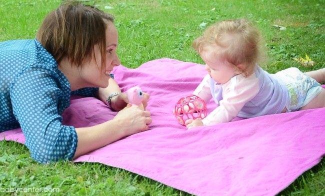 2. Ajak bayi berinteraksi
