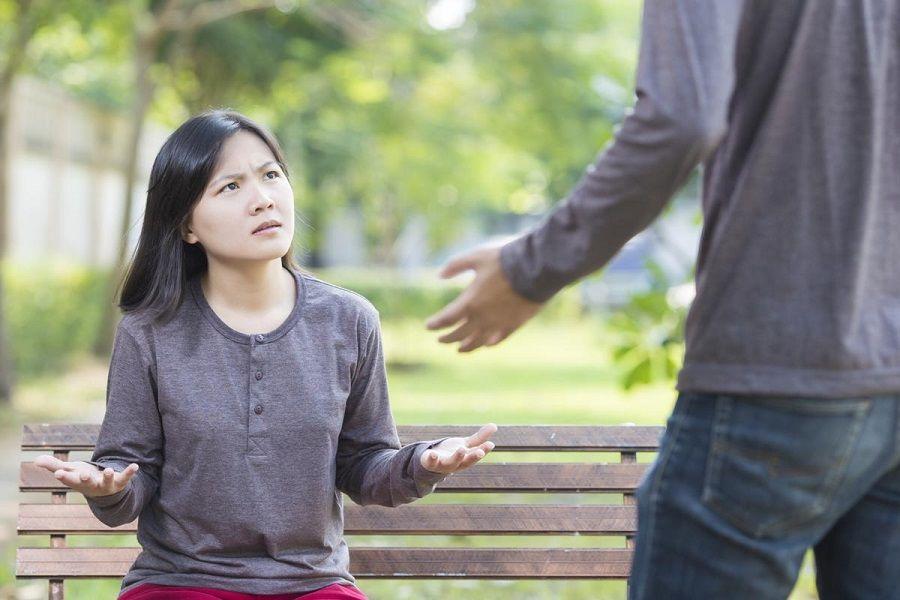 7. Ia lebih suka membicarakan orang lain dibanding membicarakan tentang kalian berdua