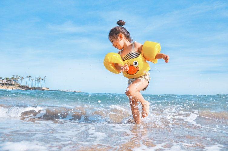 Mitos atau Fakta, Belajar Berenang Sejak Dini Bikin Anak Sehat
