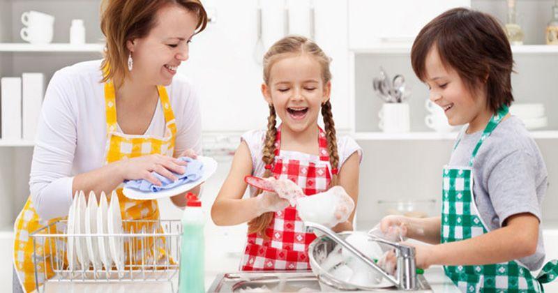 4. Melarang anak mencuci piring