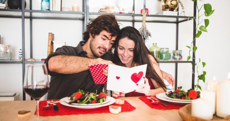10. Makan luar bersama pasangan