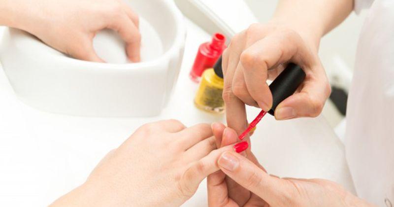 15. Melakukan nails art