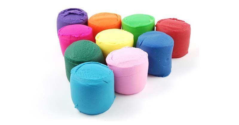 2. Lilin mainan atau tanah liat berwarna