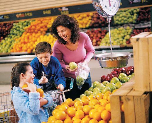 2. Ajak anak menyiapkan buah sendiri