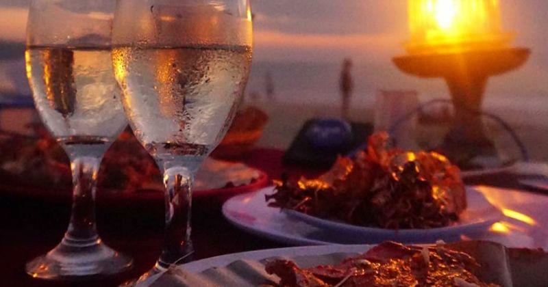 5. Melihat sunset Pantai Jimbaran makan malam romantis