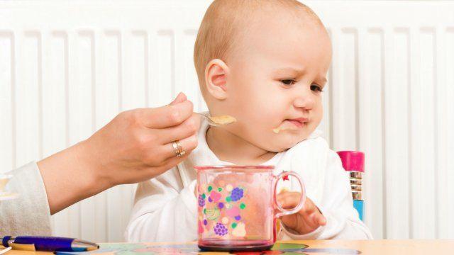 2. Si Kecil selalu berpaling setiap kali sendok mengarah ke mulutnya