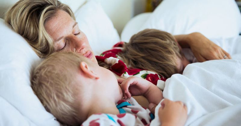 6. Bersembunyi tidur bersama