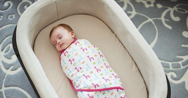 1. Tenangkan membedong bayi