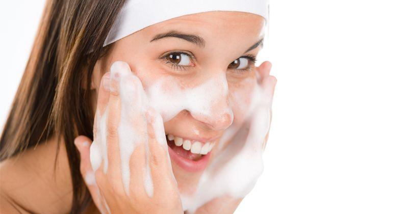 3. Pemakaian sabun wajah kandungan herbal