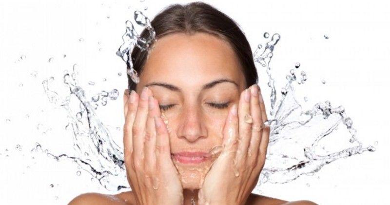 4. Memastikan membilas wajah sampai bersih