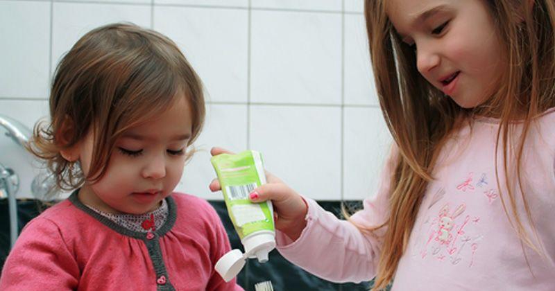 1. Kenalkan perlengkapan menyikat gigi