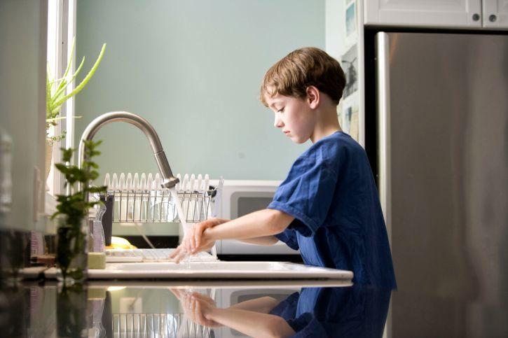 4. Mengelap dudukan toilet mengeringkan wastafel
