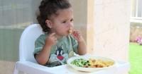 5 Efek Samping Makan Sambil Bermain