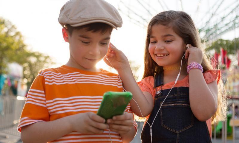 2. Mendengarkan podcast tentang cerita rakyat