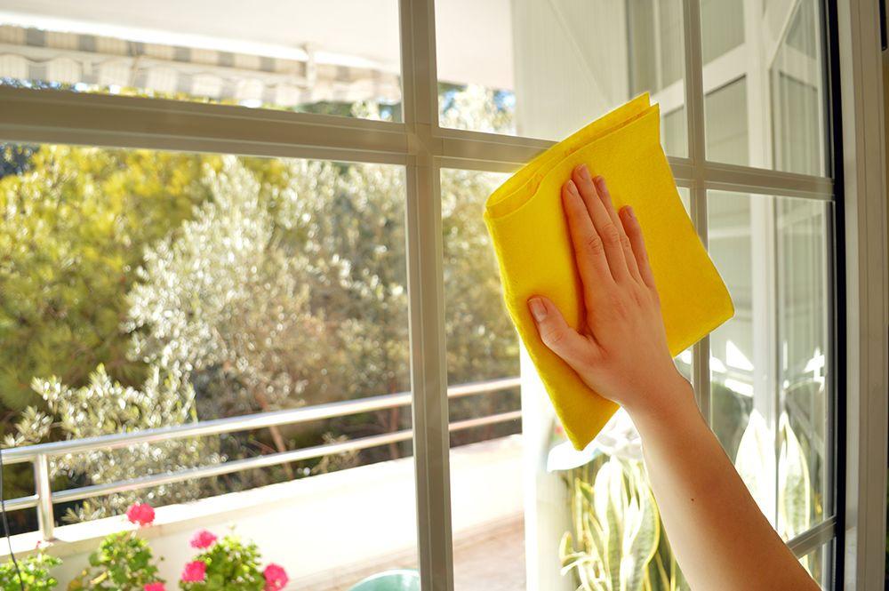 12. Membersihkan kaca jendela saat cuaca cerah