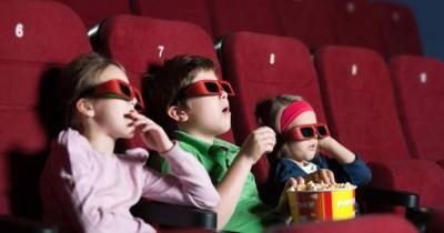 Kapan Waktu yang Tepat Mengajak Anak Nonton Bioskop?