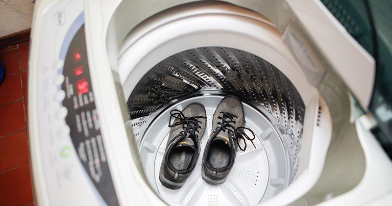 4. Sepatu berbahan kanvas sneakers