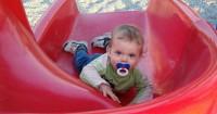 Alasan Mama Sebaik Tidak Pangku Bayi Saat Bermain Perosotan