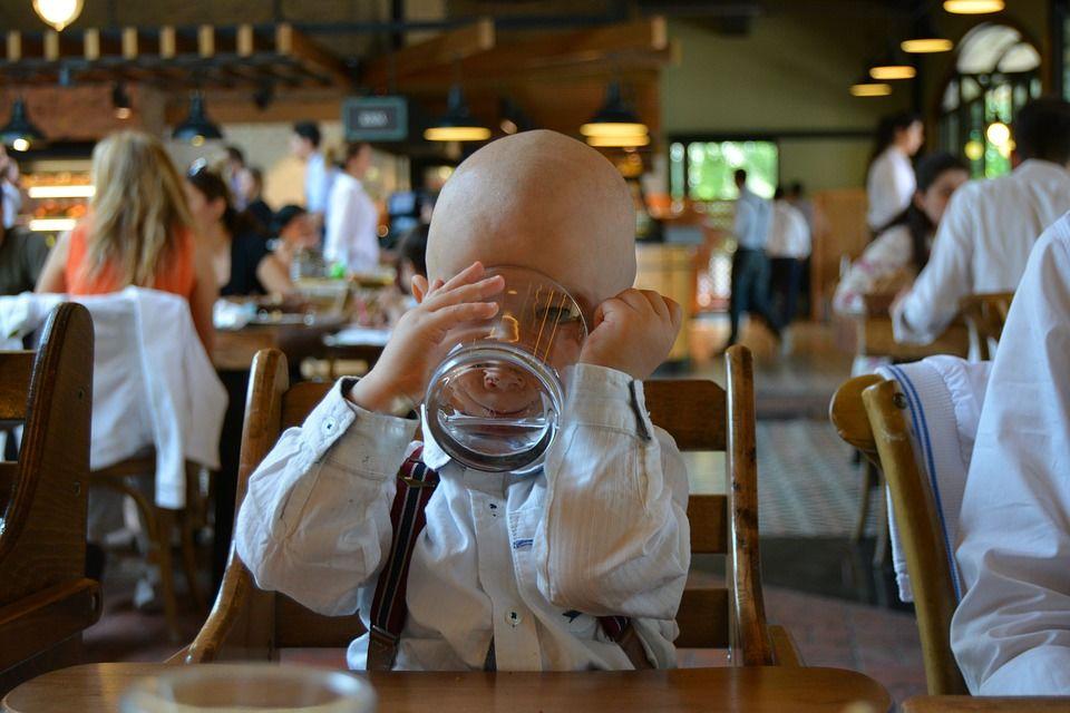 6. Jadikan pertandingan minum air putih