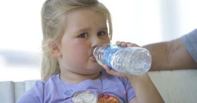 7 Cara Mendorong si Kecil Mau Minum Air Putih Secara Rutin