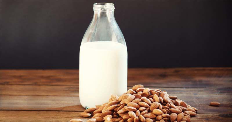 Bagaimana nutrisi susu almond dibandingkan susu sapi