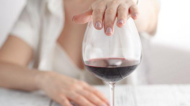 8. Mengonsumsi alkohol