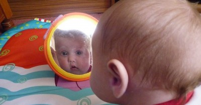 3 Tahap dan Tips Menstimulasi Indera Penglihatan Bayi Usia 2-6 Bulan