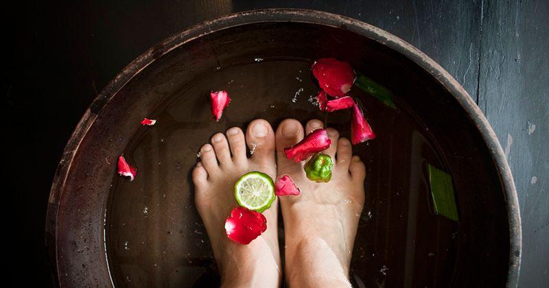 1. Rendam kaki dalam air hangat