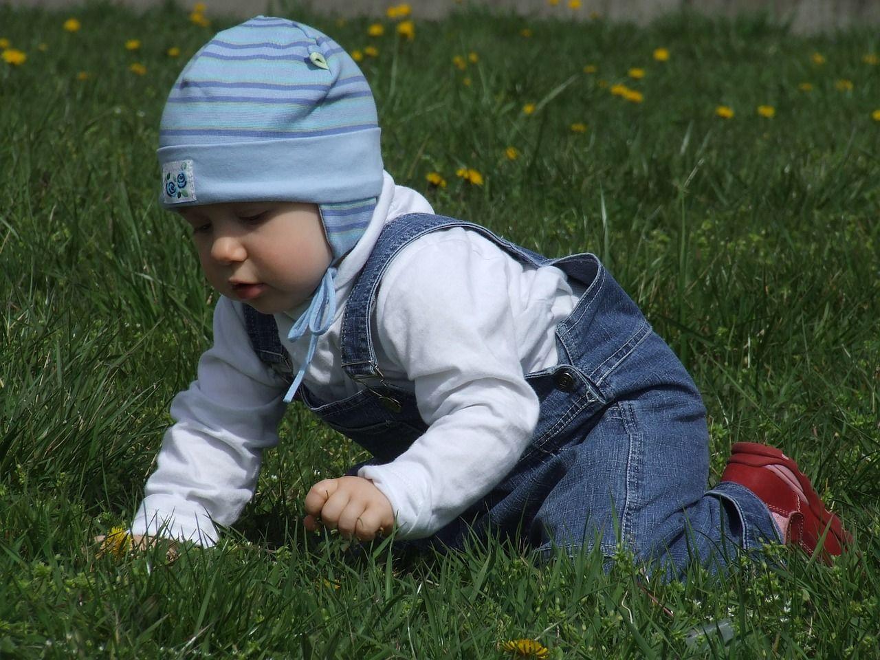 2. Biarkan Si Kecil bermain luar ruangan