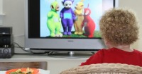 Mengapa Mama Sebaik Melarang Si Bayi Nonton Televisi
