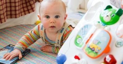 8 Mainan Paling Baik Perkembangan Sensorik Motorik Newborn