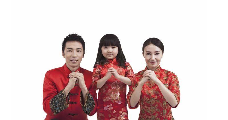 8. Kompak gunakan fashion item khas Tahun Baru Imlek