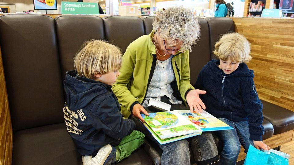 2. Menjadi teman diskusi buku bacaan