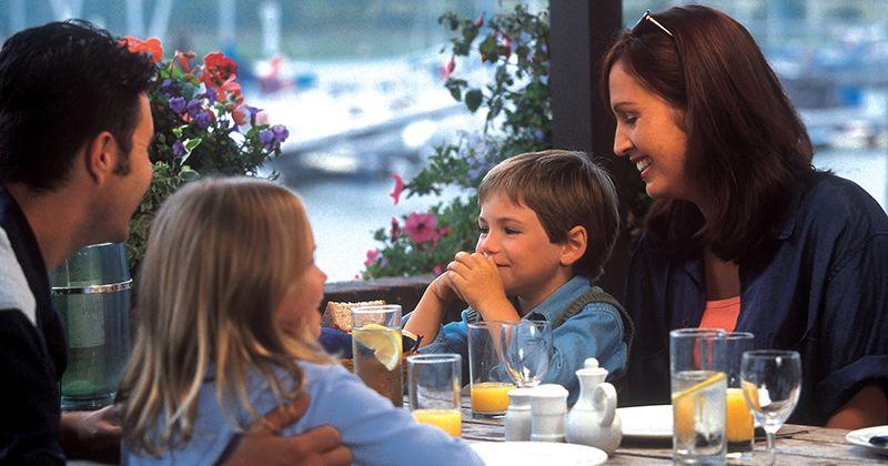 9. Makan restoran
