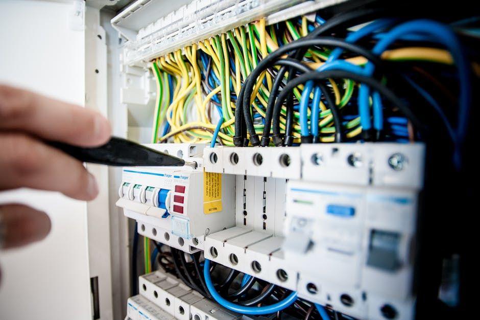 1. Perawatan sistem elektrikal cegah kebakaran rumah