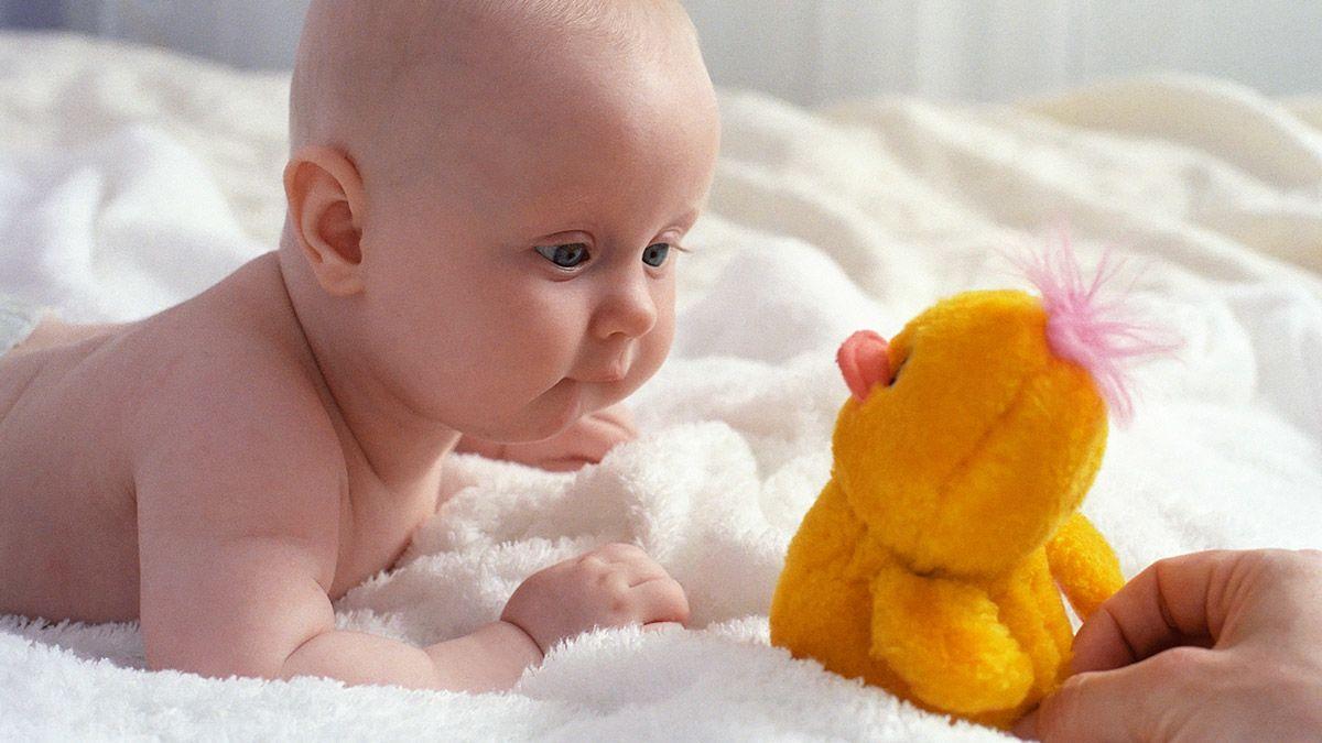 Usia 3 – 6 bulan Bayi mulai memerhatikan seluruh isi ruangan