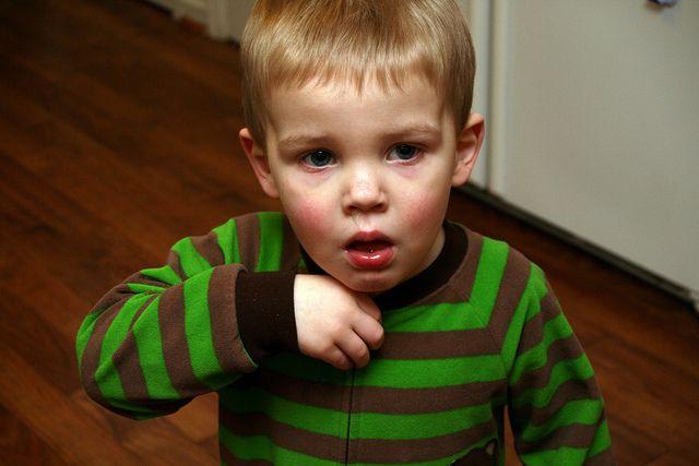 2.Pertolongan pertama ketika anak tersedak