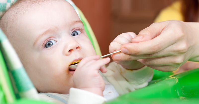 2. Makan makanan semipadat sendok