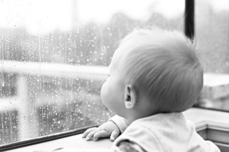 11 - 12 bulan Koordinasi otak mata membuat si Kecil mengenali orang