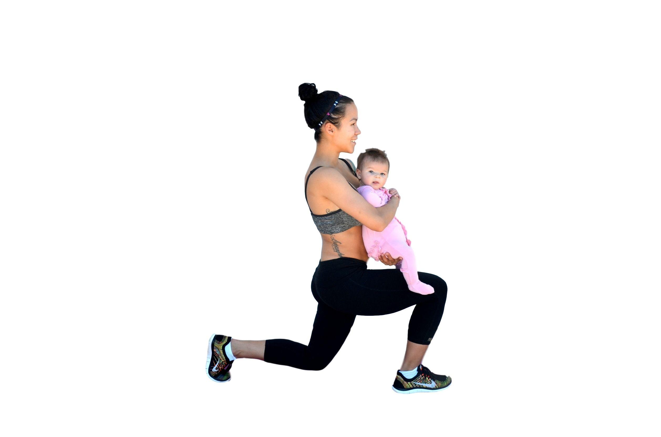 5. Olahraga sambil menggendong Si Kecil