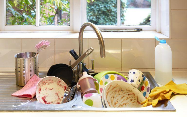 3. Membersihkan perabotan berbahan plastik