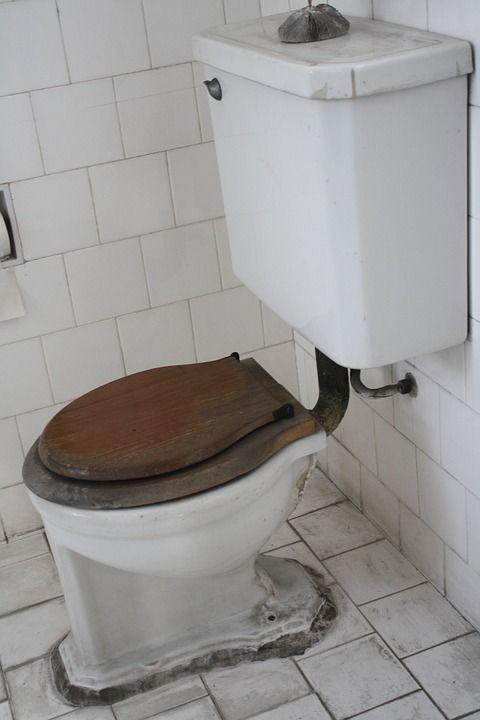 2. Membersihkan kamar mandi