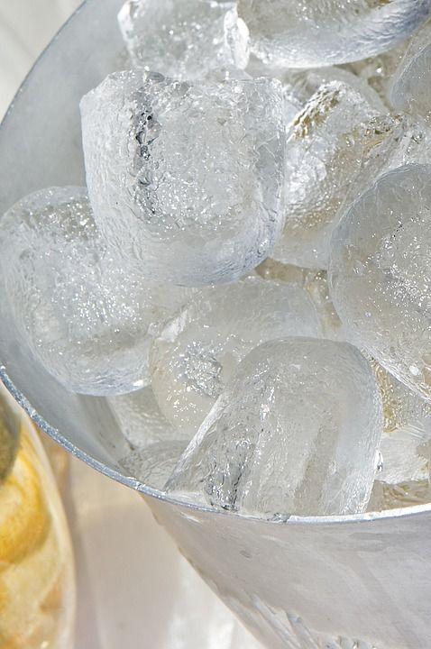 3. Menggunakan es batu