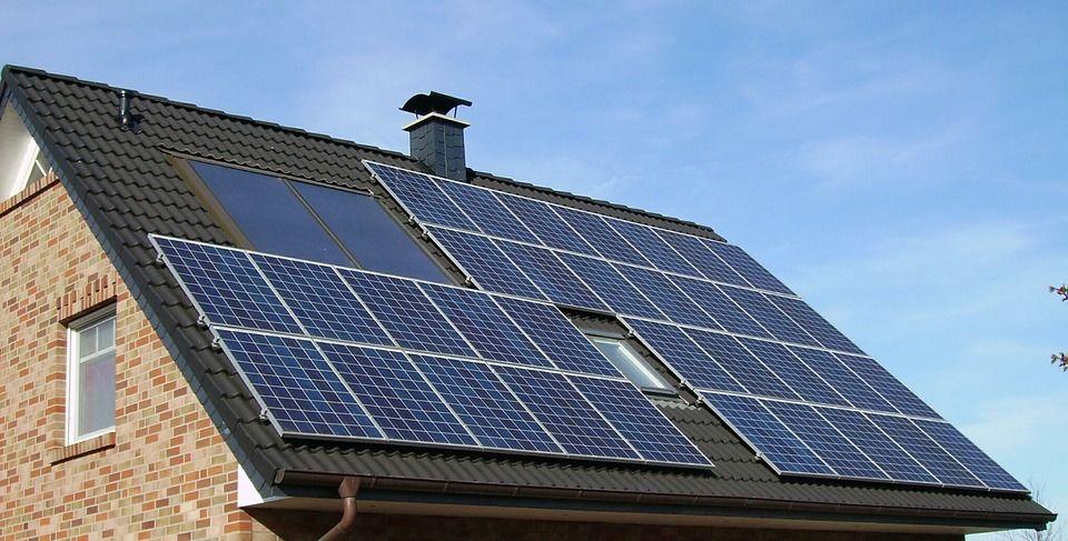 6. Manfaatkan atap berpanel surya