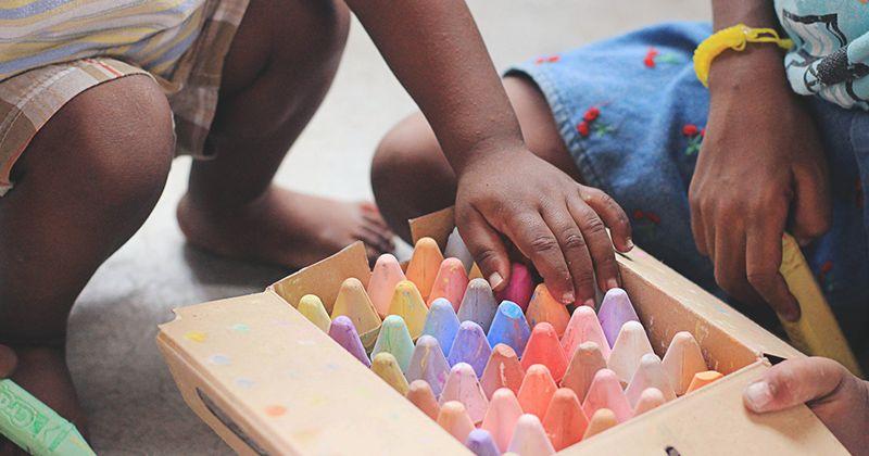 4. Izinkan anak laki-laki bermain bersama anak perempuan