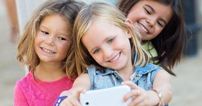 Cara Tepat Mengarahkan Potensi Positif dari Anak yang Suka Selfie