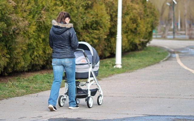 7. Bayi butuh diajak berjalan-jalan