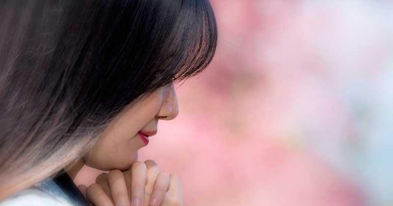 1. Pasangan bahagia melakukan doa bersama