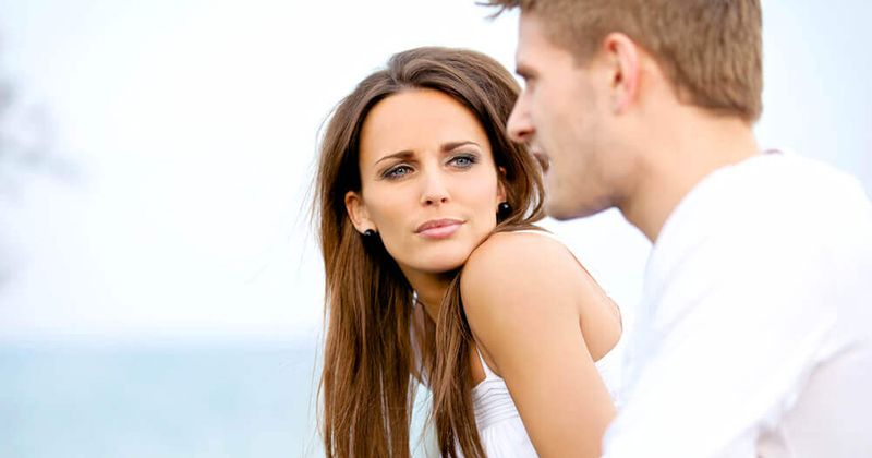 2. Pasangan bahagia saling mendengarkan